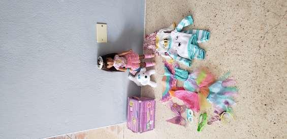 Vendo muñeca con acsesorios.